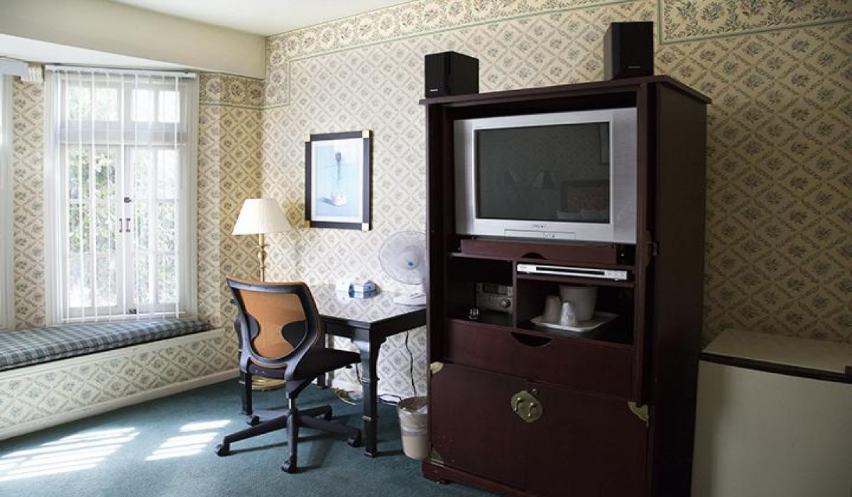 Marina Inn San Francisco - Desk and TV Armoire in Queen Room